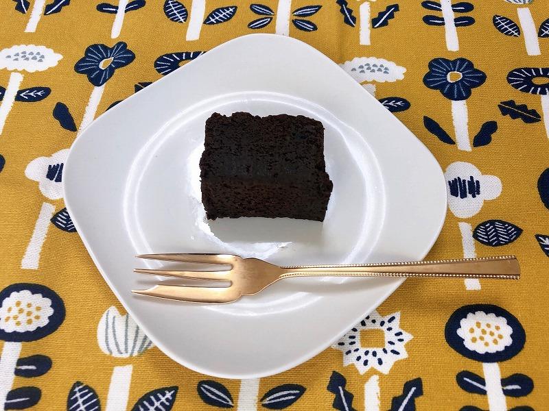 カルディのポロショコラをお皿に盛り付けている様子