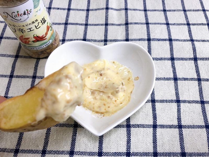 完成した海老塩マヨディップをポテトにつける様子