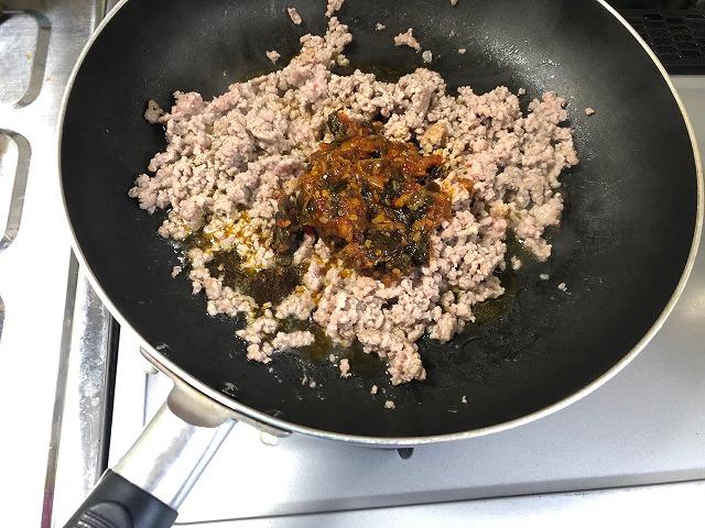 炒めたひき肉にガパオペーストを入れて炒めている写真