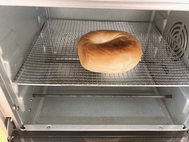 カルディベーグルをトースターで温める様子