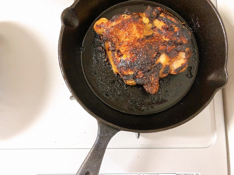 フライパンで『ガイヤーンの素』に15分漬け込んだ鶏肉を焼いている様子を撮影した写真②