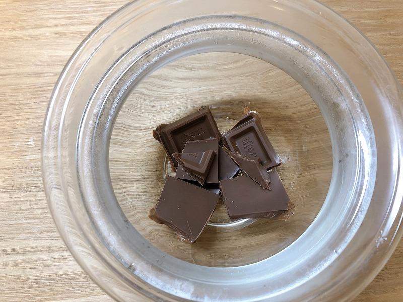 チョコレートを湯煎で溶かしている様子