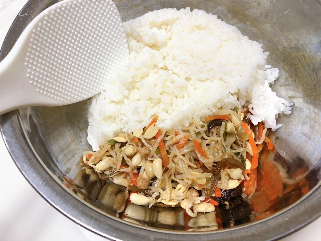 器でご飯とカルディビビンバの素を混ぜている様子