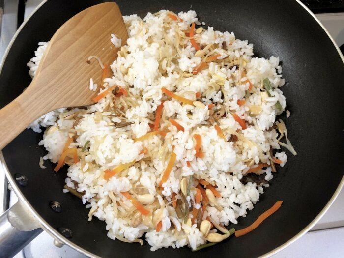 フライパンでご飯を炒める様子を撮影した写真