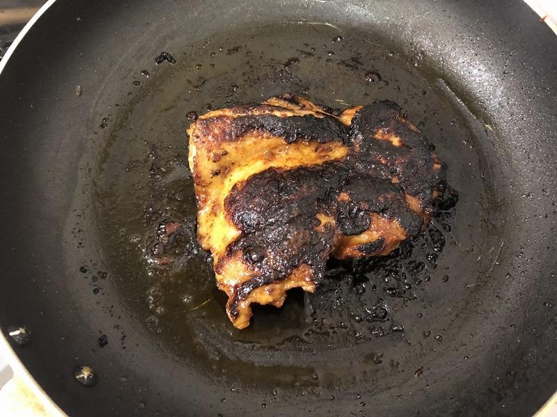 フライパンで『ケイジャンチキンの素』に30分漬け込んだ鶏肉を焼いている様子を撮影した写真②