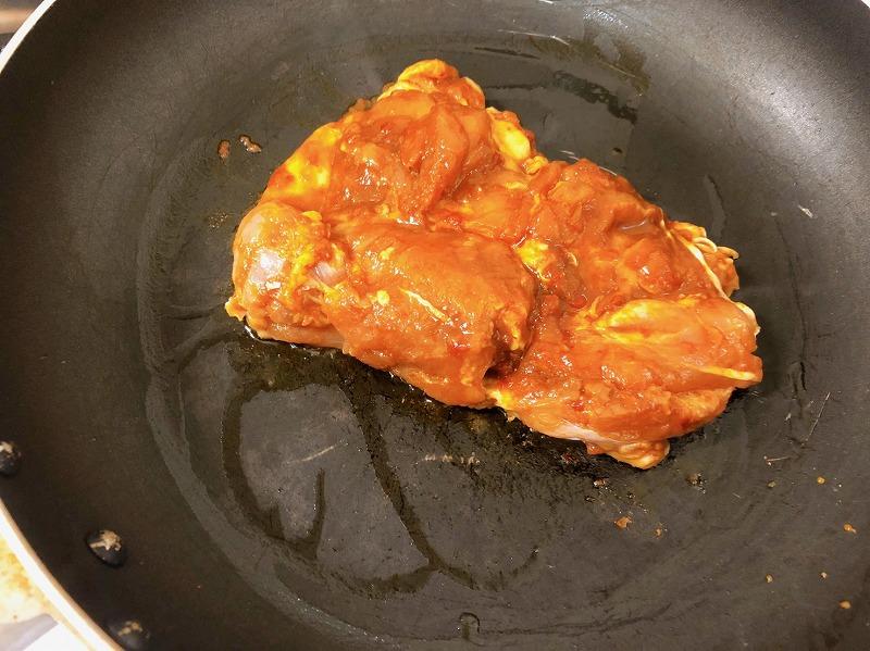 フライパンで『ケイジャンチキンの素』に30分漬け込んだ鶏肉を焼いている様子を撮影した写真①