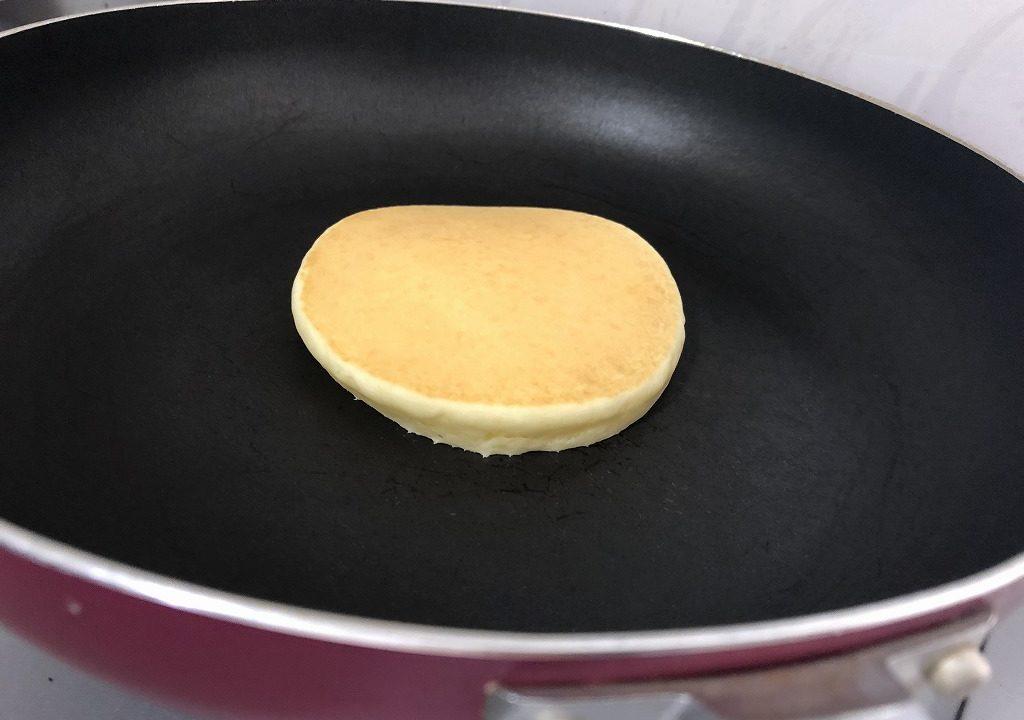 膨らんでいるパンケーキを撮影した写真