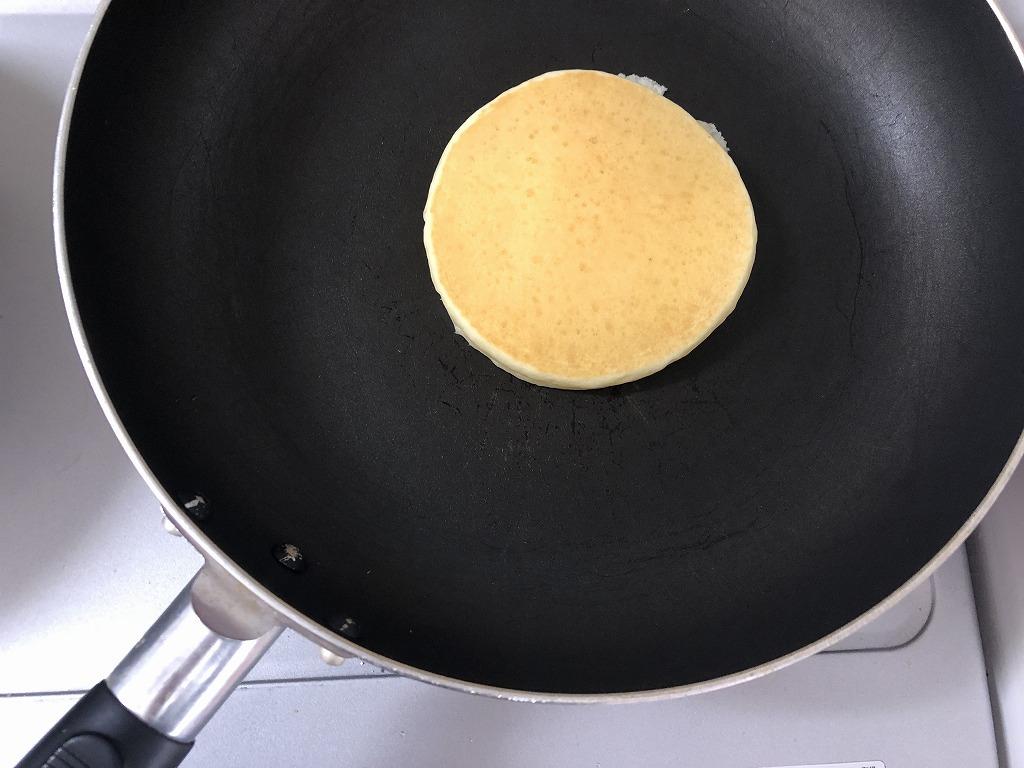 カルディグルテンフリーパンケーキをフライパンで焼いている様子を撮影した写真②