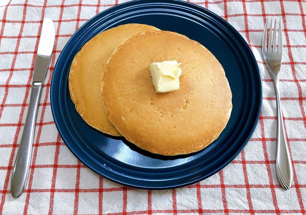 レンジで温めたホットケーキをお皿に盛り付けた写真
