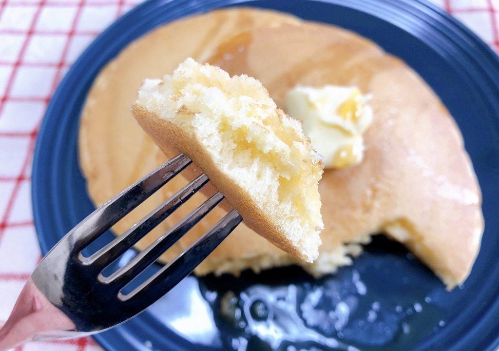 ホットケーキをフォークでさし、持ち上げている様子を撮影した写真