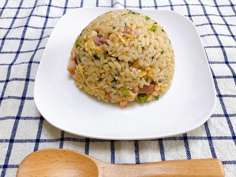 カルディ麻辣チャーハンの素でできたチャーハンをお皿に盛り付けた写真