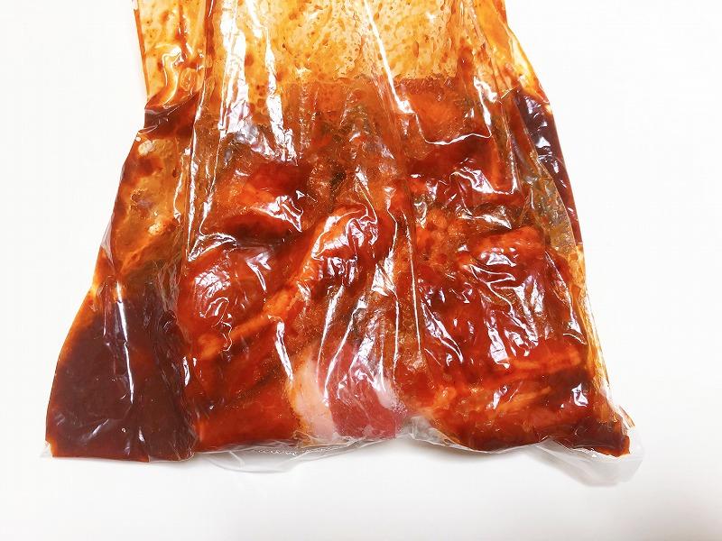 『壺漬け甘辛肉だれ』に牛肉を漬け込んでいる様子を撮影した写真
