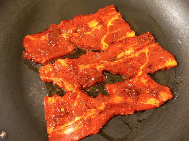 フライパンで『壺漬け甘辛肉だれ』に30分漬け込んだ牛肉を焼いている様子を撮影した写真①