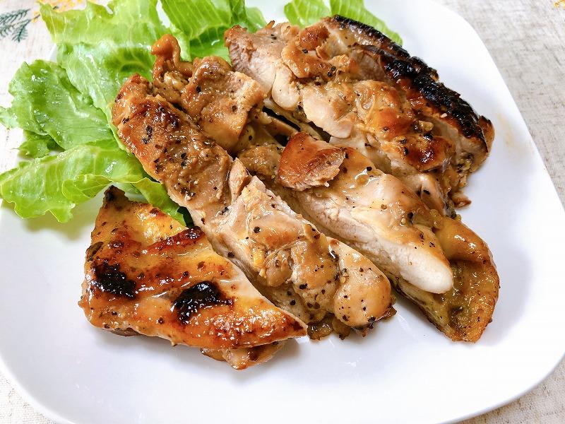 焼きあがった鶏肉をお皿に盛り撮影した写真