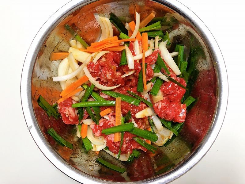 牛肉と野菜、「プルコギの素」をボールの中で混ぜ馴染ませている写真