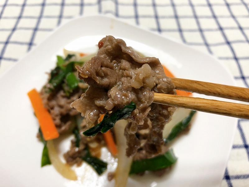 できあがった牛肉を箸でつかんでいる様子を撮影した写真