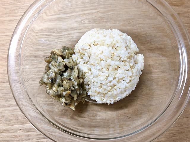 温めた玄米とあさりを同じボールに入れている写真