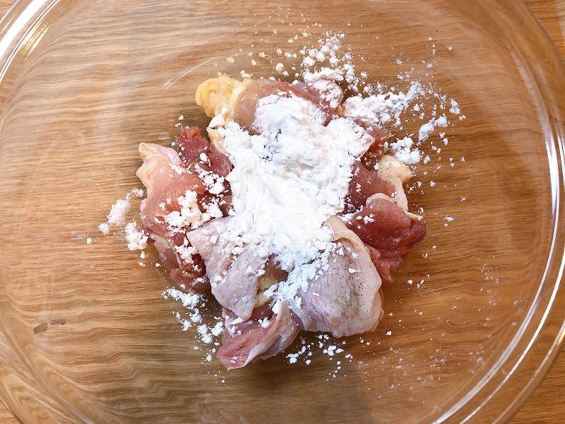 鶏肉に片栗粉をまぶしている様子を撮影した写真