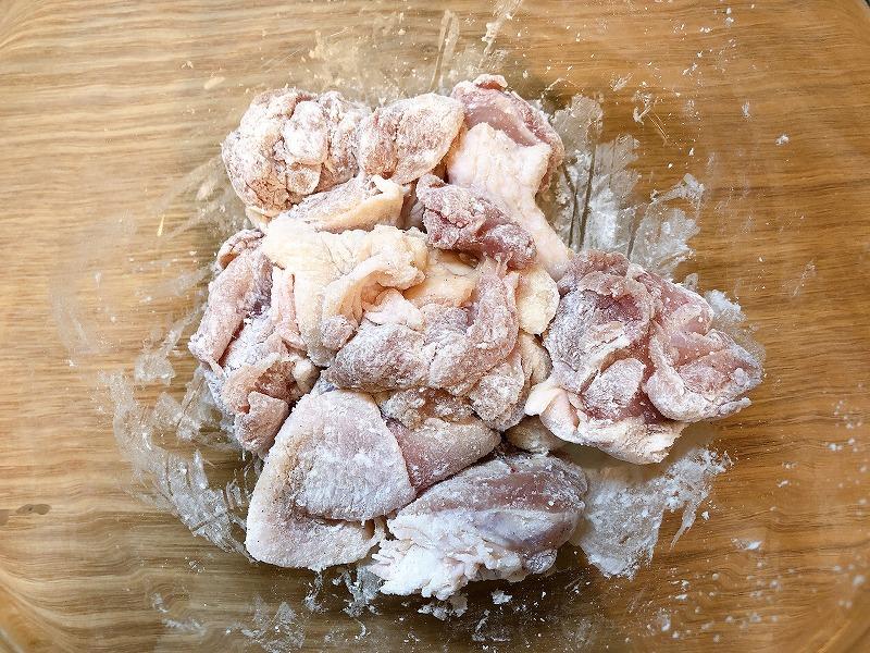 薄力粉をまぶした鶏肉を撮影した写真