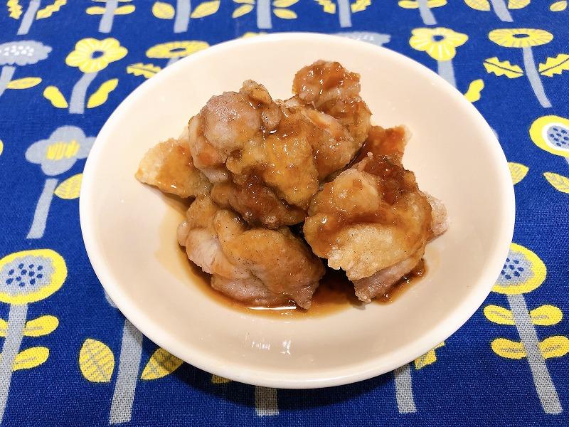 たれをかけた鶏肉を撮影した写真