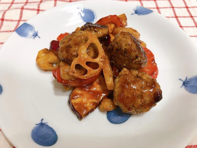 完成した肉団子の黒酢あんかけをお皿に盛りつけ、撮影した写真