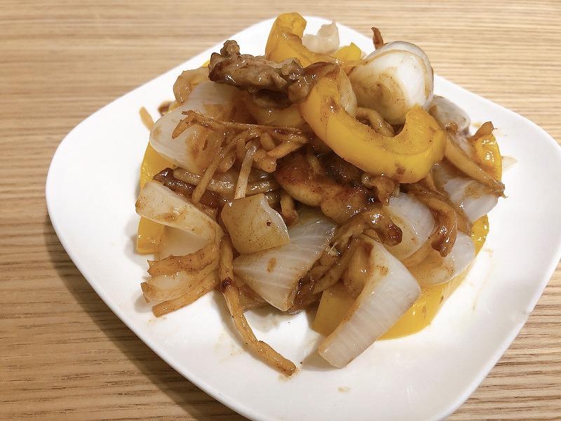 完成した黒酢炒めをお皿に盛り付けた様子を撮影した写真