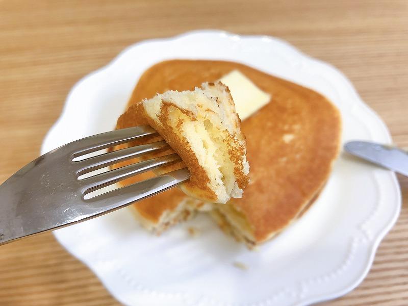 カルディグルテンフリーパンケーキを実食する様子