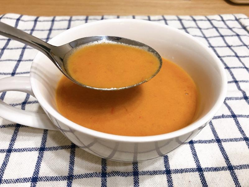 カルディずわい蟹のクリームスープをスプーンですくっている様子