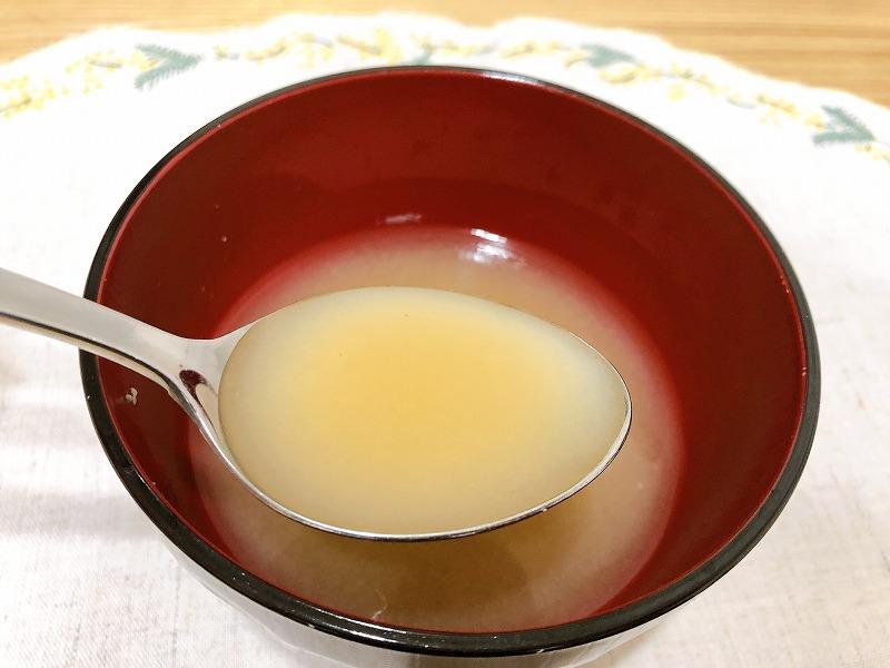 カルディ南蛮海老の味噌汁をスプーンですくっている様子