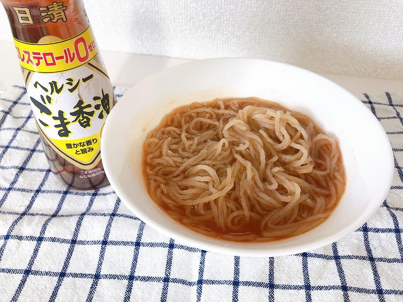カルディキムチ冷麺にごま油を加えた様子