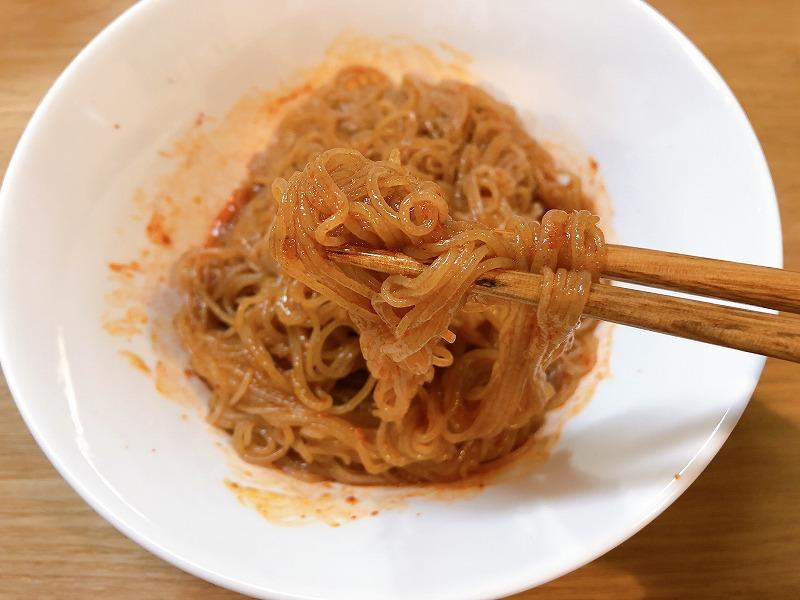カルディ農心ふるるビビン麺を箸で持ち上げている様子を撮影した写真