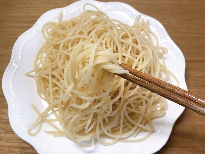 茹で上がったカルディ低糖質パスタを箸で持ち上げている写真