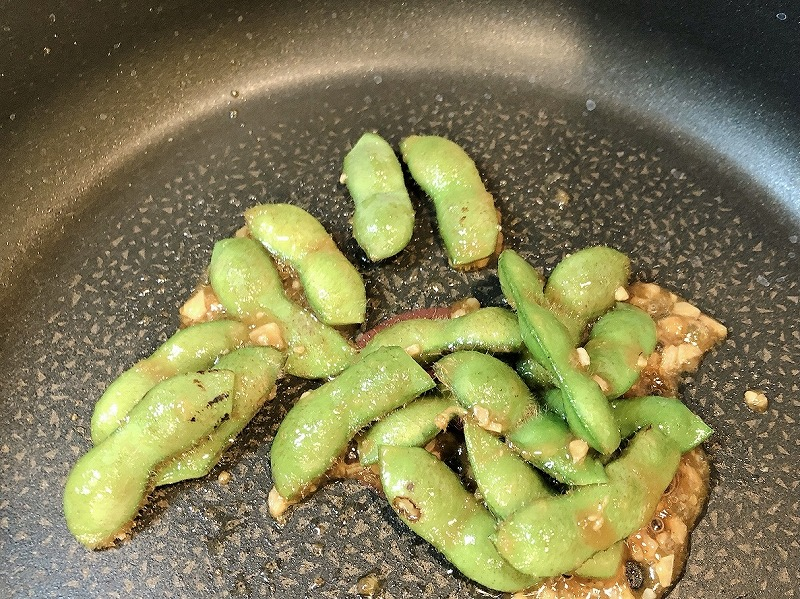 カルディガーリックシュリンプで枝豆を炒めている様子