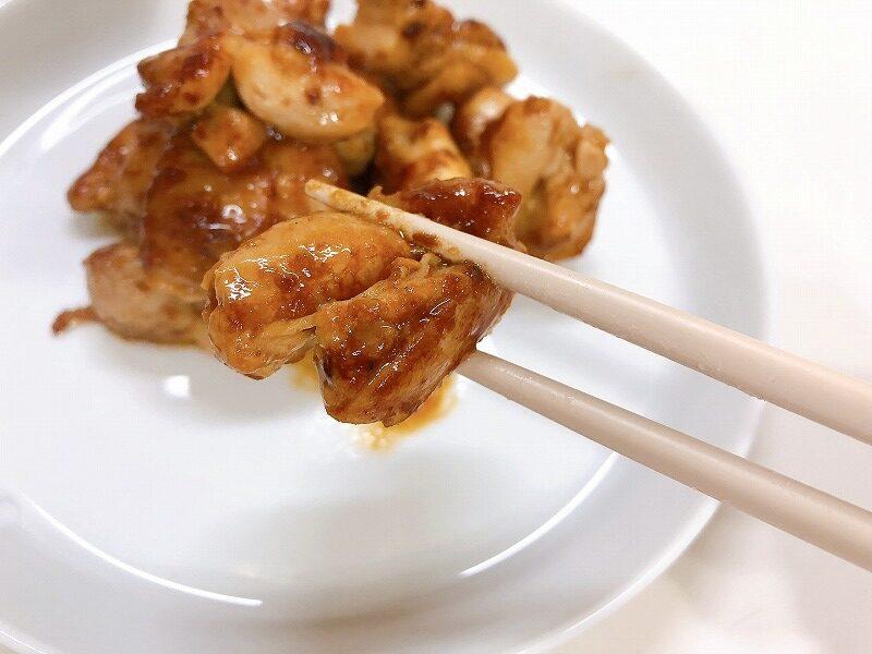 完成した鶏肉のガーリック炒めを箸で持ち上げている様子