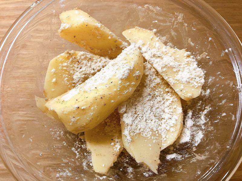 ジャガイモにカルディフライドチキンの素のまぶし粉を絡める様子